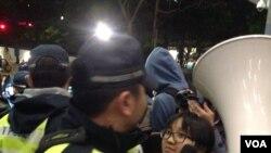 香港大學罷課學生在校委會例會外抗議