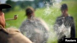 Các diễn viên đóng thế diễn lại một cảnh trong cuộc nội chiến Mỹ.