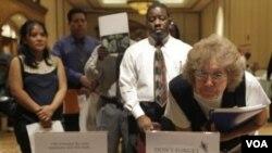 Vera Roybal lee las instrucciones sobre las ofertas de empleo temporario en Las Vegas.