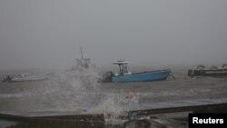 Un bateau à port alors que l'ouragan Maria s'approche de la Guadeloupe, France, le 18 septembre 2017.