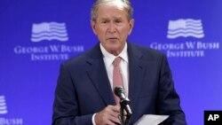 """Bush deploró la división política del país y dijo que """"a veces puede parecer que las fuerzas que nos separan son más fuertes que las fuerzas que nos unen""""."""