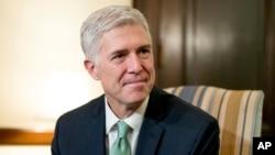 2017年2月14日,最高法院大法官提名人尼尔·戈萨奇在国会上会见参议员克里斯·库恩斯。