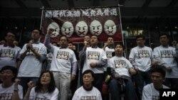Para pengunjuk rasa berkumpul sebelum memulai aksi mogok makan mereka di Hong Kong (28/3) untuk memperjuangkan hak pilih universal di Hong Kong.