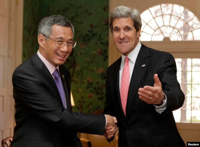 U.S. Secretary of State John Kerry (R) shakes hands with Singapore's Prime Minister Lee Hsien Loong before their meeting in Washington, April 3, 2013.
