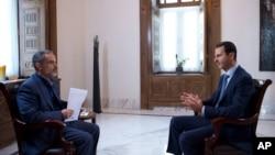 Bức hình do hãng thông tấn chính thức SANA của Syria công bố cho thấy Tổng thống Syria Bashar al-Assad trả lời phỏng vấn của đài truyền hình Iran Khabar, ngày 4 tháng 10, 2015.
