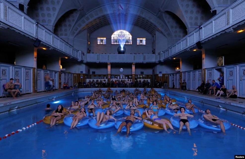 프랑스 스트라스부스에서 개막한 '유러피언 판타스틱 영화제'에서, 미국 감독 스티븐 스필버그의 영화 '조스'의 수영장 시사회가 열렸다.