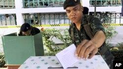 Một người lính Thái Lan bỏ phiếu bầu tại Bangkok trong trong cuộc tổng tuyển cử hồi tháng 2/2014. Chính quyền quân nhân Thái Lan tiếp tục trì hoãn cuộc bầu cử đến tháng 3.