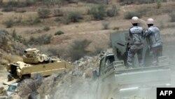 Lực lượng biên phòng Ả-rập Saudi và xe bọc thép chở nhân viên quân đội tuần tra biên giới Saudi-Yemen ở tây nam Ả-rập Saudi, 9/4/2015.
