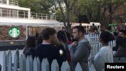 Des clients font la queue à l'extérieur du premier Starbucks en Afrique du Sud, à Johannesburg, le 21 avril 2016.