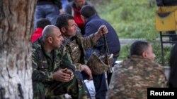 داوطلبان ارمنی در نزدیکی خط مقدم جنگ میان نیروهای جمهوری آذربایجان و ارمنستان در منطقه قره باغ -علیا
