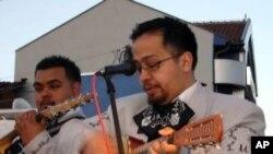 เศรษฐกิจหดตัวในอเมริกากระทบต่อรายได้ของนักดนตรีพื้นเมืองเม็กซิกันมารียาชี่ในนครลอสเองเจลลีส