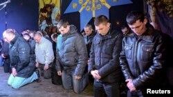 Cảnh sát chống bạo động quỳ gối cúi đầu xin lỗi người dân thành phố Lviv, ngày 24/2/2014.
