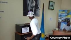 Mwananchi akipiga kura nchini Rwanda.