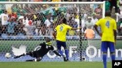 Le Gabonais Pierre Emerick Aubameyang marque un pénalty contre le Burkina Faso lors de la CAN 2017 à Libreville, au Gabon, le 18 janvier 2017.