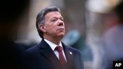 """""""No es el momento de dividirnos, es el momento de unirnos todos para llegar a esa victoria que es la paz de este país"""", declaró Santos en medio de los abucheos."""