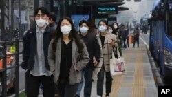 南韓首爾空氣污染嚴重﹐民眾帶口罩上街。