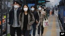 Ljudi u Seulu, Južnoj Koreji, nose maske i napolju