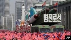 지난해 4월 평양 김일성 광장에서 김일성 주석의 생일인 '태양절'을 기념하는 열병식이 열렸다.