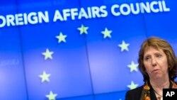 Trưởng ban đặc trách chính sách đối ngoại Liên hiệp châu Âu Catherine Ashton nói chuyện với các nhà báo sau cuộc họp ở Brussells