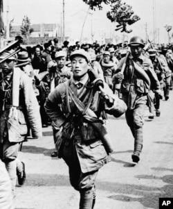 歷史照片:中共軍隊進入南京城西門。 (1949年4月24日)
