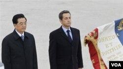 Presiden Nicolas Sarkozy (kanan) menerima kunjungan Presiden Tiongkok Hu Jintao, 4 November 2010. Perancis tidak akan tunduk pada tekanan Tiongkok untuk tidak menghadiri penyerahan Nobel Perdamaian di Oslo.