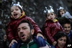 Niños españoles celebran la llegada de los Reyes Magos en el Día de la Epifanía.