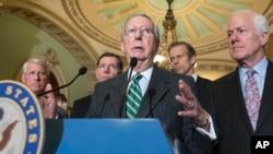 미치 맥코넬 미 상원 공화당 원내대표(가운데)가 9일 대북한 제재 법안에 관한 비공개 회의를 마친 후, 다른 의원들과 함께 기자회견에 참석했다.