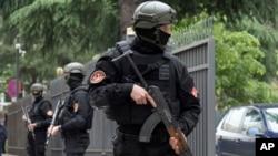 Policija čuva ulaz u sud u Podgorici na dan izricanja presude za pokušaj državnog udara.