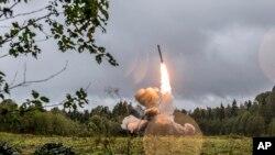 Запуск российской ракеты «Искандер-К» во время военных учений на полигоне под Санкт-Петербургом. Фотография была опубликована на сайте российского Министерства обороны 19 сентября 2017 года