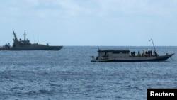 Tàu Hải quân Úc (trái) gần một chiếc tàu chở 50 người tị nạn gần đảo Christmas, khoảng 1615 dặm phía tây bắc của Perth.