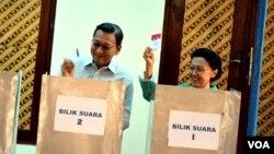 Wapres Boediono dan Ibu Herawati mencoblos di TPS Sawitsari Sleman, Yogyakarta, Rabu, 9 Juli 2014 (Foto: VOA/Munarsih).