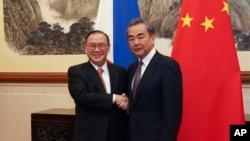 菲律宾外交部长洛钦和中国外长王毅2019年3月20日在北京钓鱼台国宾馆握手。