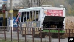 21일 폭탄 테러가 발생한 러시아 볼고그라드 버스 정류장에서, 전문가들이 폭발로 파손된 버스를 조사하고 있다.