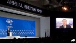 El presidente del Foro Económico Mundial, Borge Brende, frente al escenario mientras el secretario de Estado de EE.UU., Mike Pompeo, habla vía teleconferencia, en la reunión anual en Davos, Suiza, el martes, 22 de enero de 2019.
