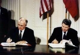(Ảnh tư liệu) Tổng thống Mỹ Ronald Reagan (phải) và nhà lãnh đạo Liên bang Xô viết Mikhail Gorbachev ký Hiệp ước Các lực lượng Hạt nhân tầm trung (INF) tại Tòa Bạch Ốc, 8/12/1987.