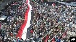 ຮູບຈາກ YouTube ສະແດງໃຫເຫັນການເດີນຂະບວນປະທວງຂອງປະຊາຊົນຊີເຣຍ ທເມືອງ Latakia, ວັນທີ 12 ສິງຫາ 2011.
