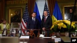 Володимир Гройсман і Джозеф Байден у церемоніальному кабінеті віце-президента у Білому домі.