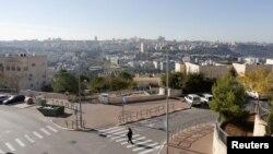 Seorang warga Yahudi melintasi jalanan di Ramat Shlomo, permukiman Yahudi di Yerusalem Timur wilayah Tepi Barat yang diklaim baik oleh Israel maupun Palestina, 18 Desember 2012 (Reuters).