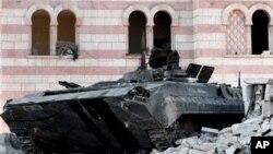 Một chiếc xe tăng đã bị hư hại của quân đội Syira trong thị trấn Azaz, cách miền bắc Aleppo 20 đặm