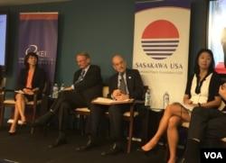 威尔逊中心研究员朴秀真(左一)、高级防务研究中心研究员纽科姆(左二)、史汀生中心东亚项目联合主任辰己由纪(右一)2018年6月13日在华盛顿出席一场讨论会(美国之音叶林拍摄)