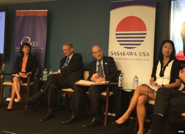 威爾遜中心研究員樸秀真(左一)、高級防務研究中心研究員紐科姆(左二)、史汀生中心東亞項目聯合主任辰己由紀(右一)2018年6月13日在華盛頓出席一場討論會(美國之音葉林拍攝)