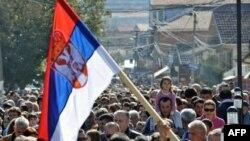 Srbi u Gračanici protestuju zbog uklanjanja barikada na severu Kosova, 20. oktobra 2011.