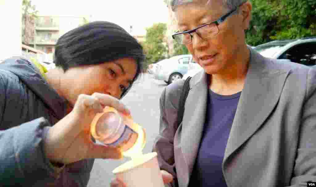 程真(左)和王超华(美国之音国符拍摄)
