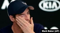 Endi Mari briše suze na konferenciji za novinare u Melburnu (Foto: AP/Mark Baker)