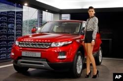 Nữ diễn viên Bollywood Nargis Fakhri đứng cạnh chiếc Range Rover Evoques ở Ấn Độ. Land Rover Evoque đã giành được 160 giải thưởng trên toàn thế giới kể từ khi ra mắt vào năm 2011.