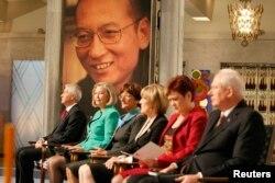 지난 2010년 노르웨이 노벨위원회가 중국 민주화운동가 류샤오보(배경사진)에게 노벨평화상을 옥중 시상하고 있다.