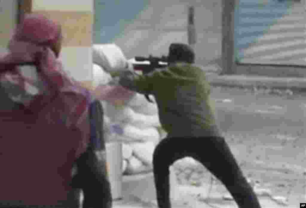 수도 다마스쿠스에서 정부군과 교전을 벌이는 반군들