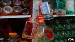 کراچی کی بوتل گلی میں بیرون ممالک سے لائی گئی بوتلیں