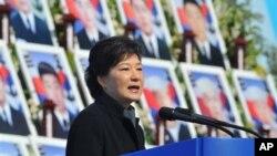 ທ່ານ ນາງ Park Geun-Hey ປະທານາທິບໍດີເກົາຫລີໃຕ້ ກ່າວຄໍາປາໄສ ໃນໂອກາດຄົບຮອບສາມປີທີ່ເຮືອລົບ Cheonan ຂອງເກົາຫລີໃຕ້ໄດ້ຖືກຍິງຫລົ້ມ ໃນວັນອັງ ຄານ ທີ 26 ມີນາ 2013 ນີ້.