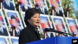 韓國總統朴槿在紀念三年前韓國海岸巡邏艇天安艦被炸沉事件的儀式上發表講話。